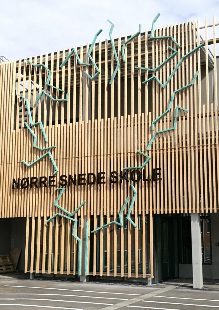 Er Himlen en Grænse? .... Træet udsmykker indgangen på Nørre Snede Skole og Bibliotek