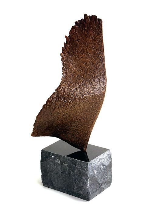 Vinge. Skulptur bronze og granit